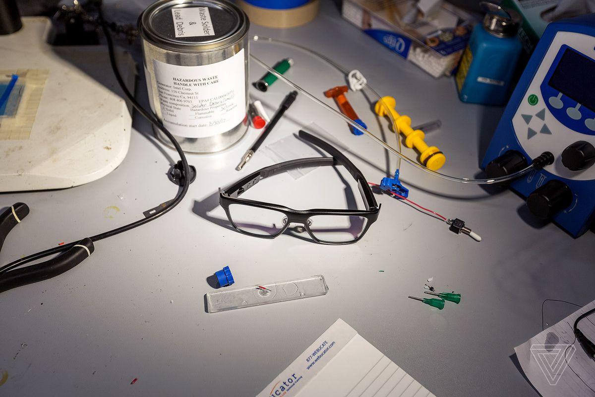 Intel показала «умные» очки, которые выглядят как обычные очки